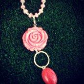 collana in corallo rosa con ciondolo a fiore