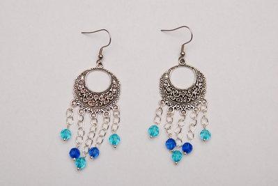 Orecchini con connettore rotondo e pendenti con perle azzurre