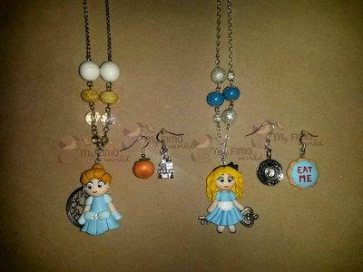 Collana con cenerentola + orecchini pendenti con zucca e castello e collana con Alice + orecchini pendenti con tazza e biscotto