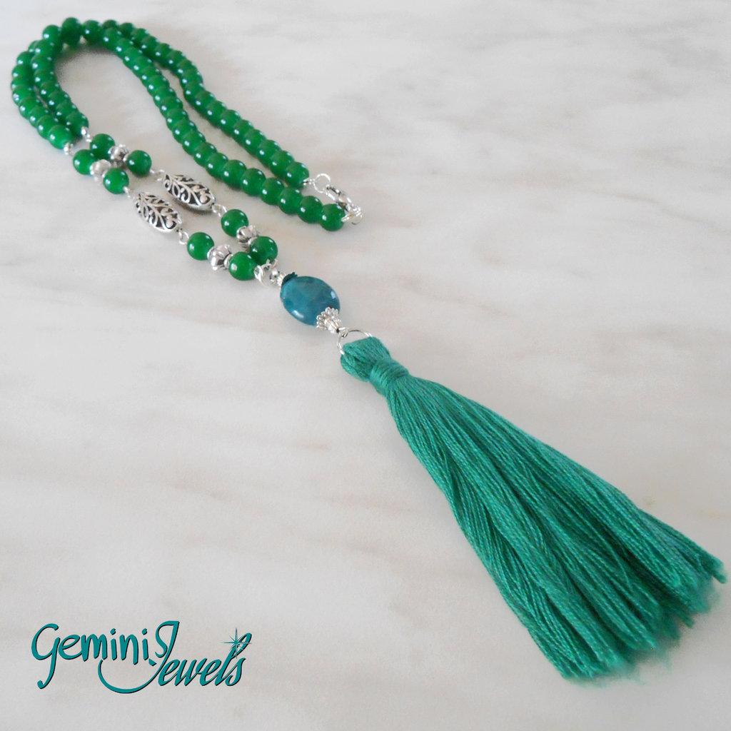 Collana lunga con perle di giada verde e nappa