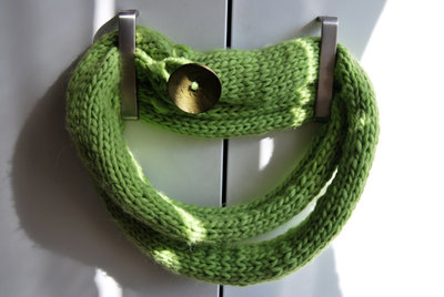 Sciarpa verde con mega bottone belga
