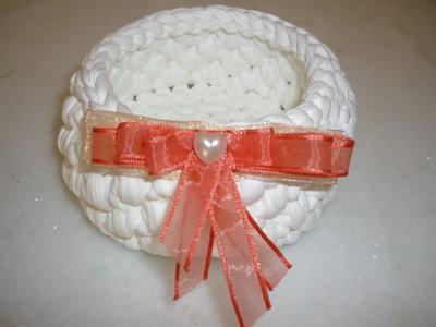 Cestino di fettuccia bianca eseguito a punto canestro con cuoricino e fiocco arancio.