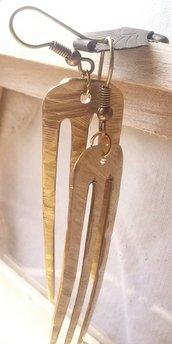 """Orecchini pendenti,color oro,fatti a mano con reciclo posate.Serie:""""In-posa"""""""