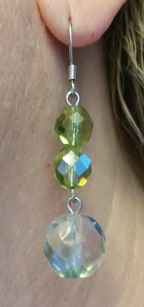 Orecchini pendenti con mezzi cristalli verde chiaro