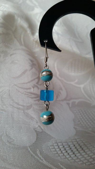 Orecchini pendenti con tre perline sulla tonalità del turchese