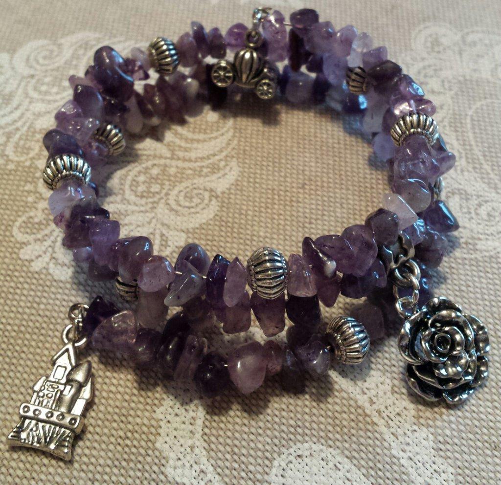 Bracciale wire con cristalli viola ametista e charms rosa, castello e carrozza