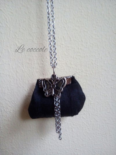 Collana a borsetta nera con farfalla