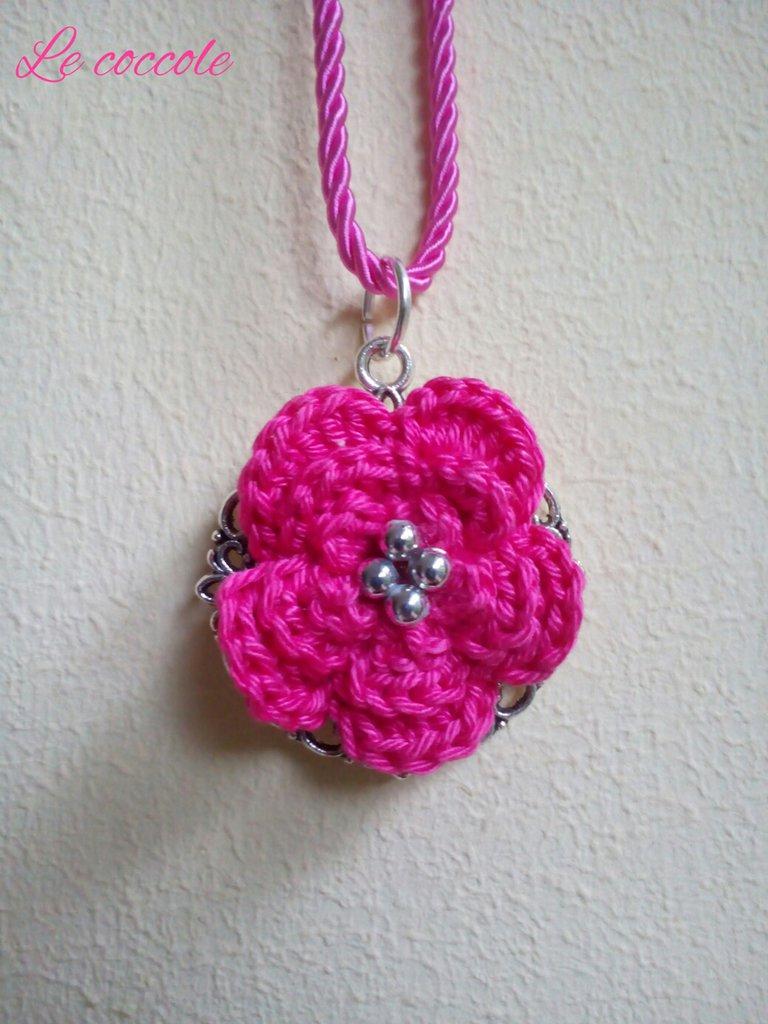 Collana all'uncinetto rosa con perline