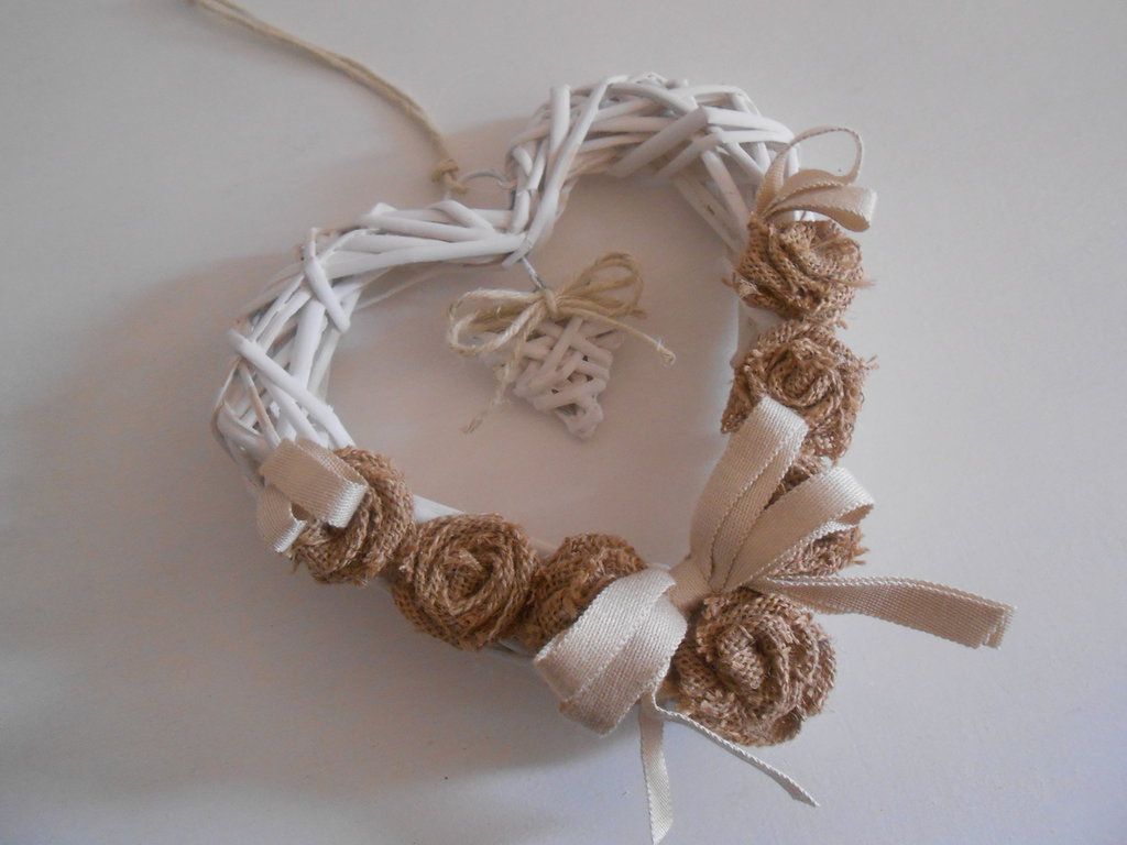 Cuore decorativo da appendere con rose in tela juta, idea regalo.