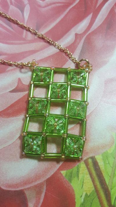 collana con pendente rettangolo verde e oro
