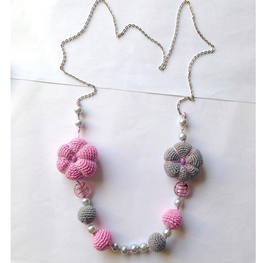 Collana lunga con fiori cicciotti e perle amigurumi rosa e grigie, fatti a mano all'uncinetto