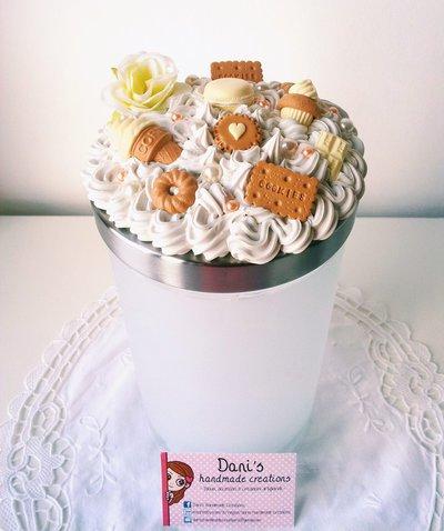 Barattolo porta-biscotti decorato con panna e dolci
