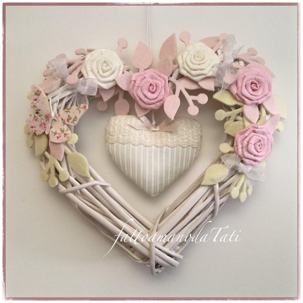 Cuore/fiocco nascita in vimini con roselline bianche e rosa,farfalla e cuore a righe con pizzo