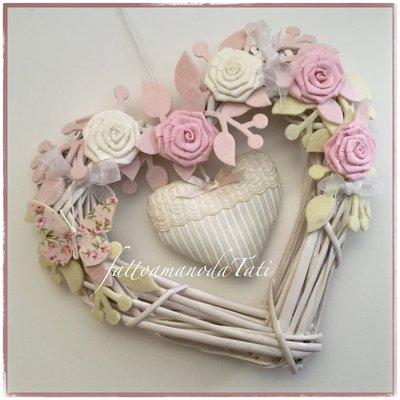 Cuore/fiocco nascita in vimini con roselline bianche e rosa ...