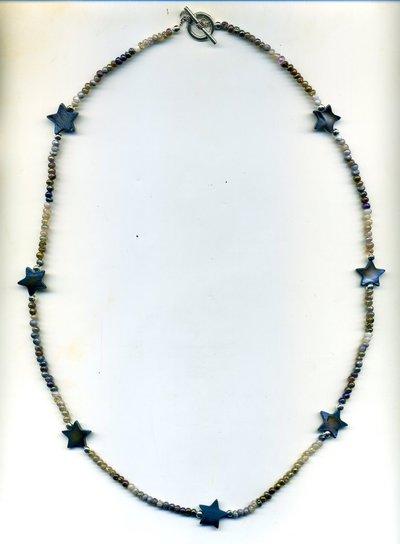 COLLANA con microperle sfumate e stelline in madreperla blu