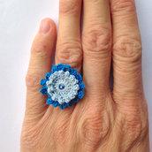 Anello regolabile con fiore azzurro e blu e strass, fatto a mano all'uncinetto