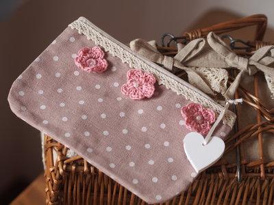 Pochette estiva in cotone rosa antico a pois écru.Pizzo,fiori rosa all'uncinetto,perle e ciondolo/cuore country in legno bianco.