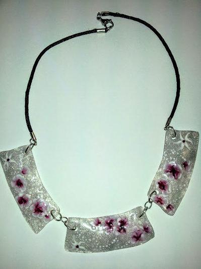 collana girocollo  trasparente fondo argento molto elegante e leggera con decorazioni floreali.
