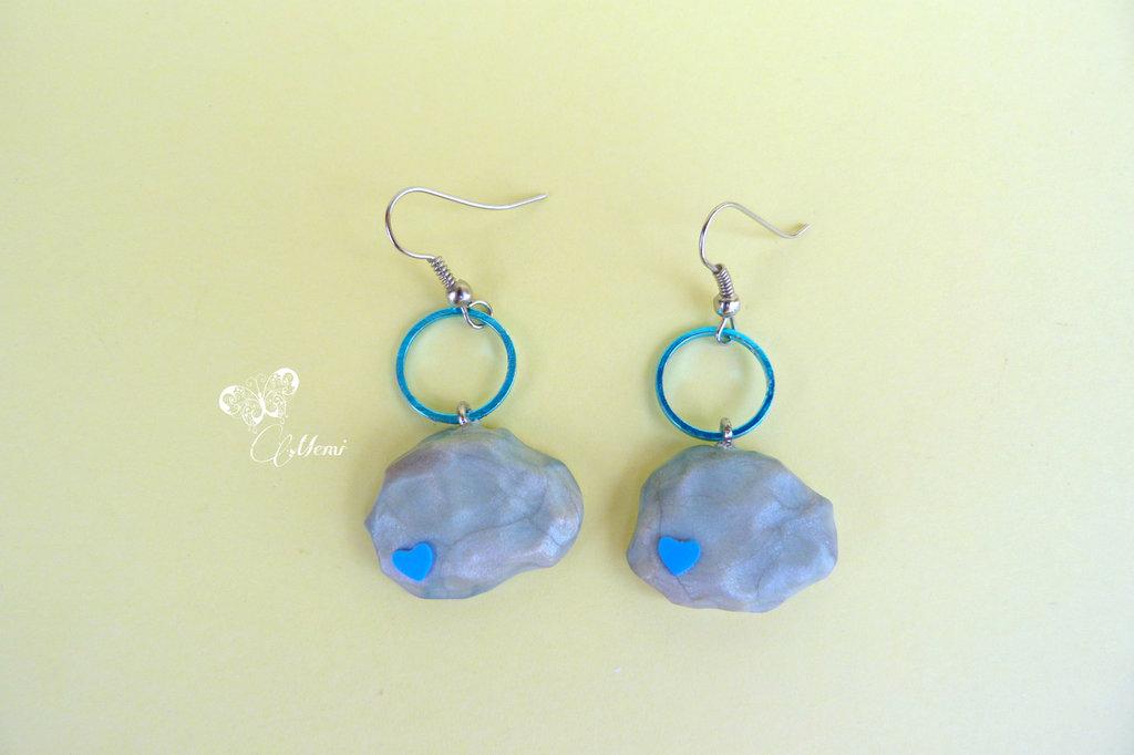 Orecchinii pendenti nuvolette grigie con cuore azzurro - handmade clouds earrings in polymer clay