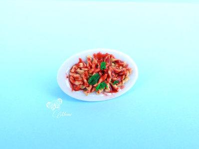 Spilla miniatura piatto di pasta fusilli al pomodoro con basilico - Dollhouse miniature brooch handmade