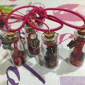 Piccole bottiglie in vetro e sughero decorate a mano