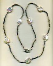 Collana lunga con microperline sfumate e grandi perle bianche piatte