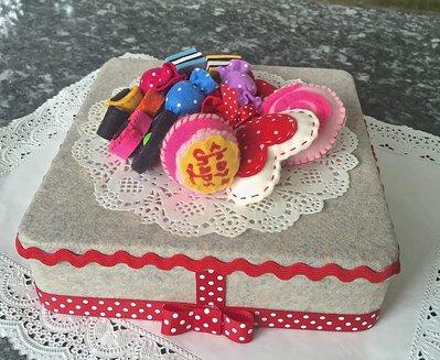 scatola di latta rivestita e decorata in feltro, con caramelle e lecca lecca di feltro