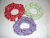 Ricchi elastici ferma coda dai colori vivaci e con brillantini lavorati a uncinetto.
