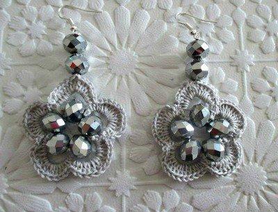 orecchini grigio perla a forma di fiore con cristalli