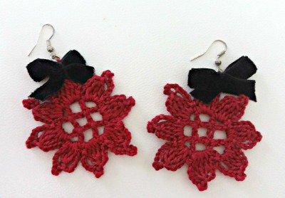 orecchini all'uncinetto rossi con piccolo fiocchetto di velluto nero