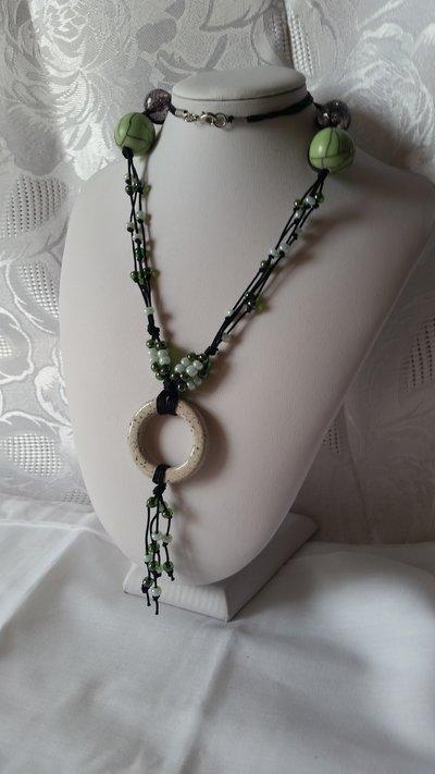 Collana lunga con cordini neri e perline sul verde