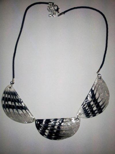 collana girocollo  trasparente fondo argento molto elegante e leggera per gli amanti del black and white