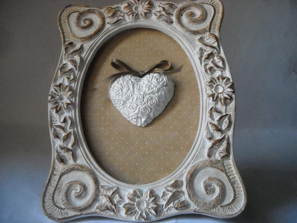 Quadretto decorativo in stile Shabby con Cuore in gesso  ceramico e fiocco in tinta