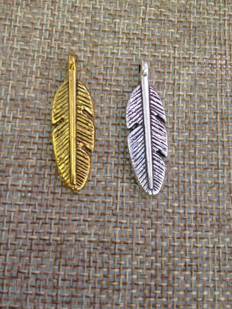 ciondolo piuma colore oro o argento