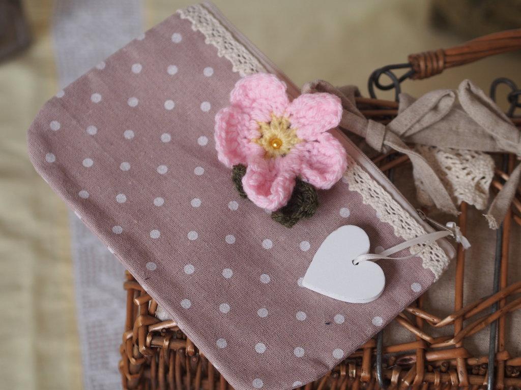 Pochette estiva in cotone rosa antico a pois écru.Pizzo,grande fiore rosa all'uncinetto, ciondolo/cuore country in legno bianco.