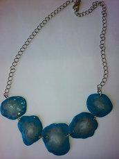 collana giirocollo formato da 5 inserti in gel uv, decorati con sfumature che vanno dal bianco al azzurro turchese