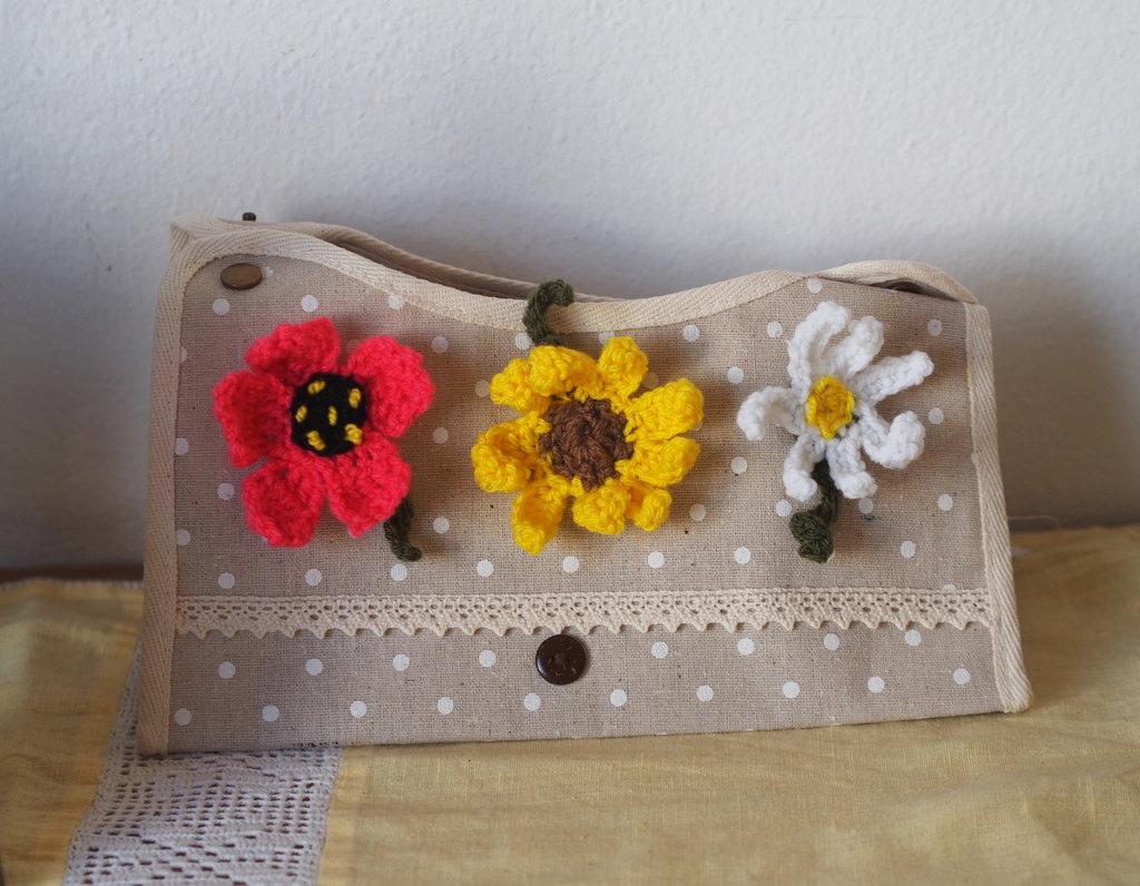 Pochette estiva in cotone écru antico a pois .Pizzo,applicate spille:3 grande fiori all'uncinetto.Chiusa con automatici.Bordata