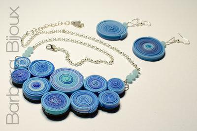 Parure mille cerchi composta da collana e orecchini nelle sfumature del blu.