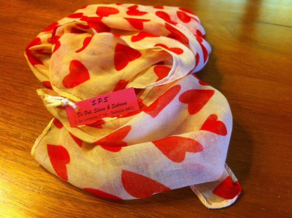 foulard beige e rossa con cuori