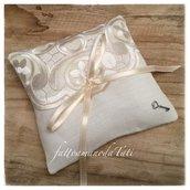 Cuscino porta fedi in lino bianco con centrìno di raso
