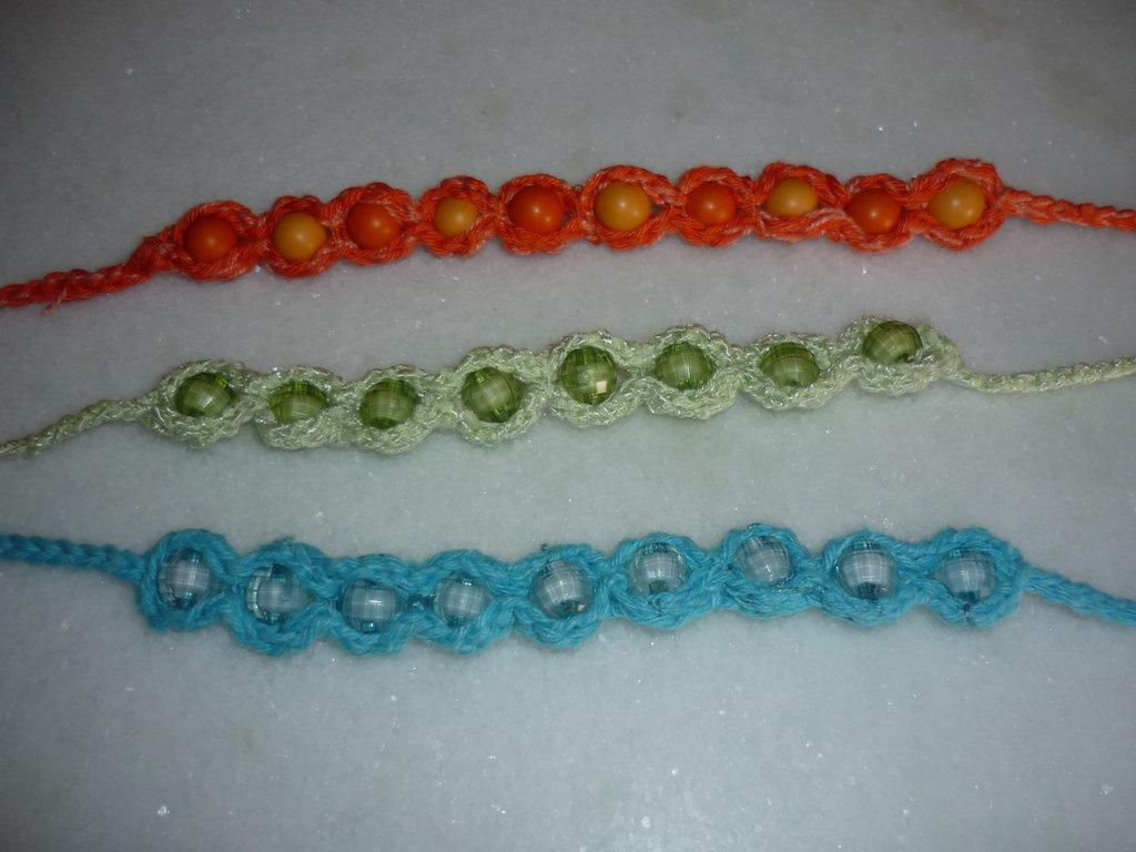 Braccialetti  estivi coloratissimi e con perle, realizzati a mano.
