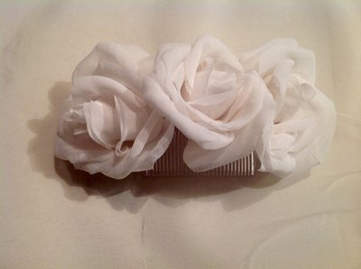 Acconciatura sposa con rose in seta