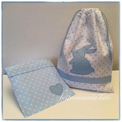 Sacchetto primo cambio o asilo in cotone bianco a pois azzurri con coniglietto e busta coordinata con cuore