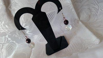 Orecchini pendenti con mezzi cristalli trasparenti e cangianti, e color ametista