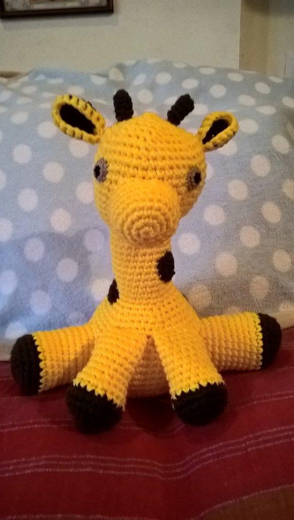 Giraffa amigurumi realizzata all'uncinetto in materiale acrilico giallo e marrone