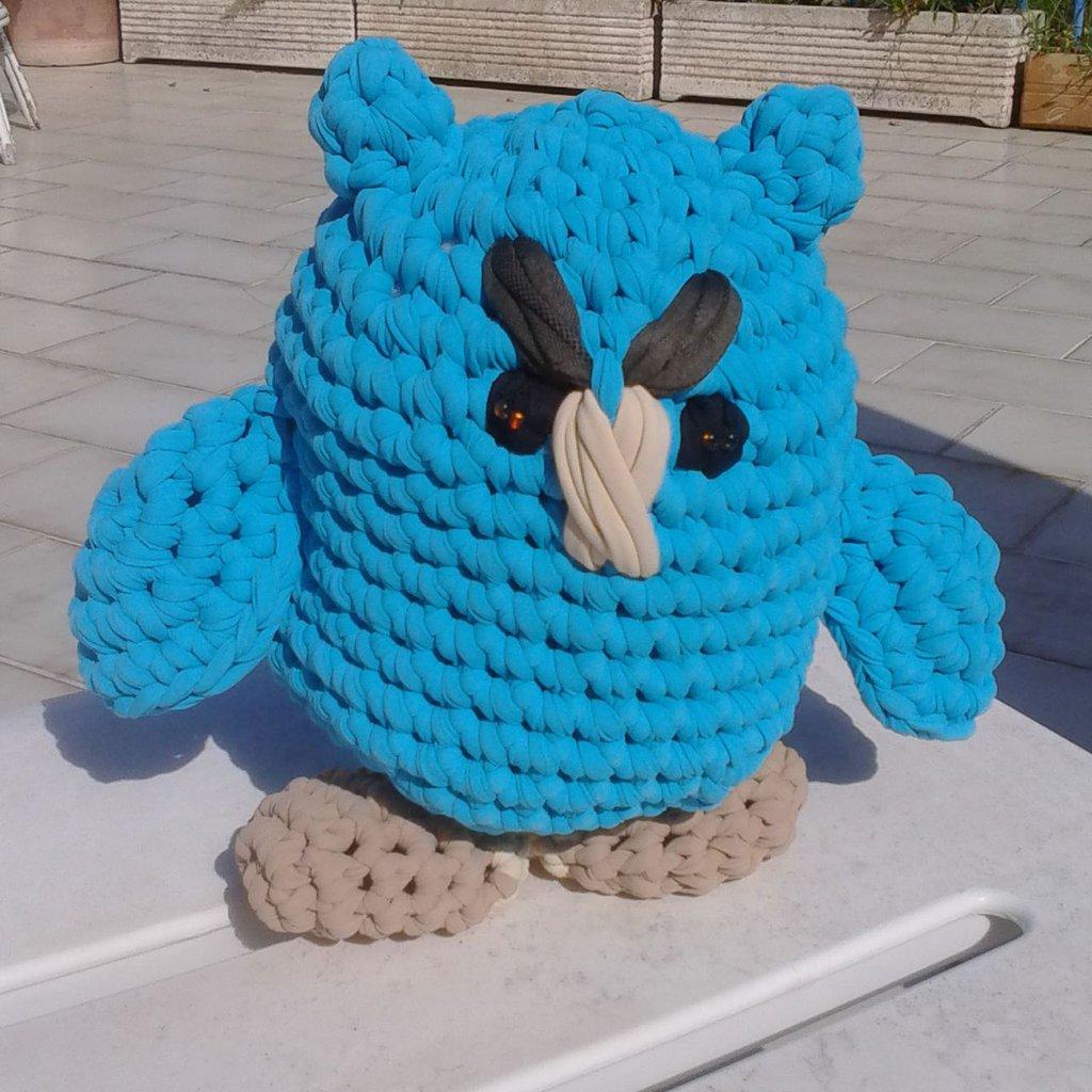 Gufo realizzato all'uncinetto in fettuccia di lycra azzurra