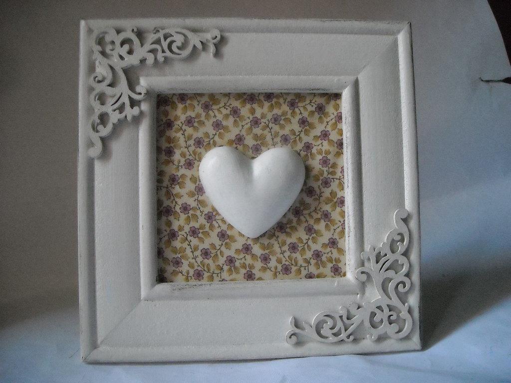 Quadretto decorativo da appoggio in stile shabby  con cuore in gesso ceramico