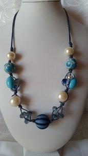 Collana con perle sintetiche, in ceramica e mezzi cristalli, azzurre e blu