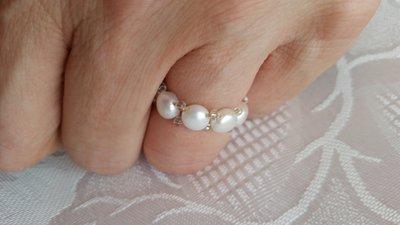 Anello elastico con perline di fiume bianche