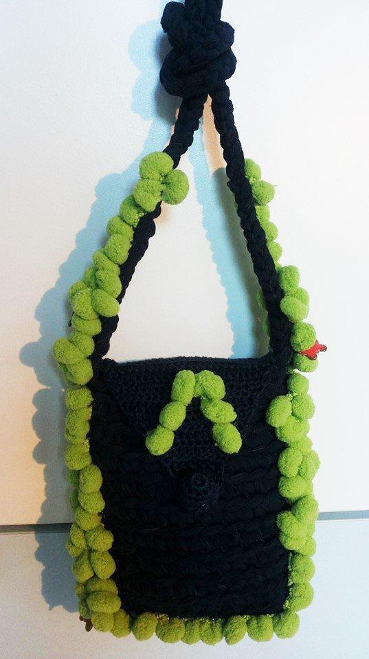 piccola borsa a tracolla per bambina/ragazza in fettuccia di colore blu rifinita con piccoli pom pom di colore verde